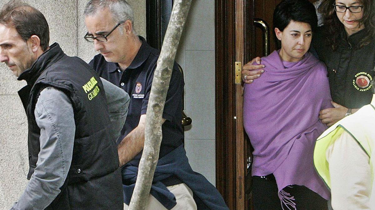 Alfonso Basterra y Rosario Porto abandonan el piso de la segunda junto a agentes de la Policía Judicial. | Efe