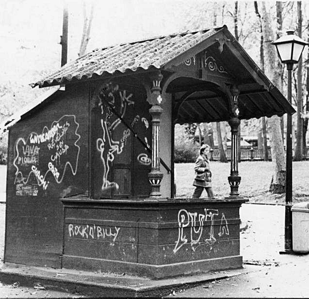 El kiosco en noviembre de 1985, ya muy deteriorado.