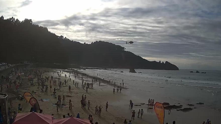 Rescatados tres bañistas en Aguilar a los que el oleaje golpeó contra el acantilado