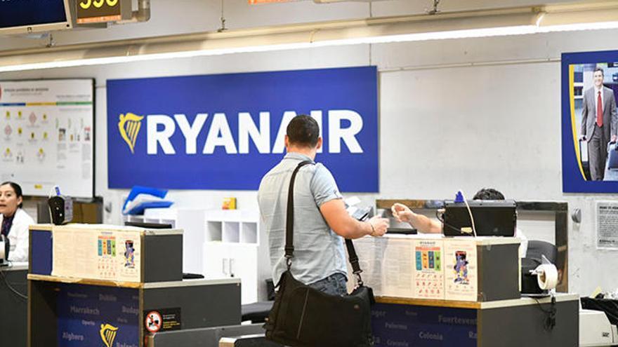 Le roban la cámara de la maleta en un vuelo de Ryanair Ibiza - Barcelona