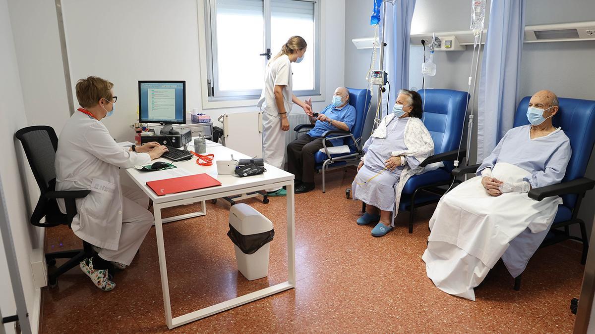 Pacientes en el nuevo hospital de día de Povisa