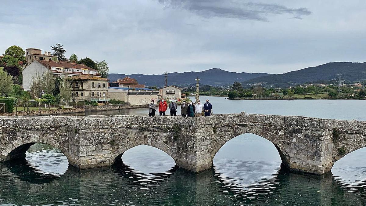 Alcaldes miñoráns e representantes do IEM na ponte da Ramallosa.   | // IRENE IGLESIAS