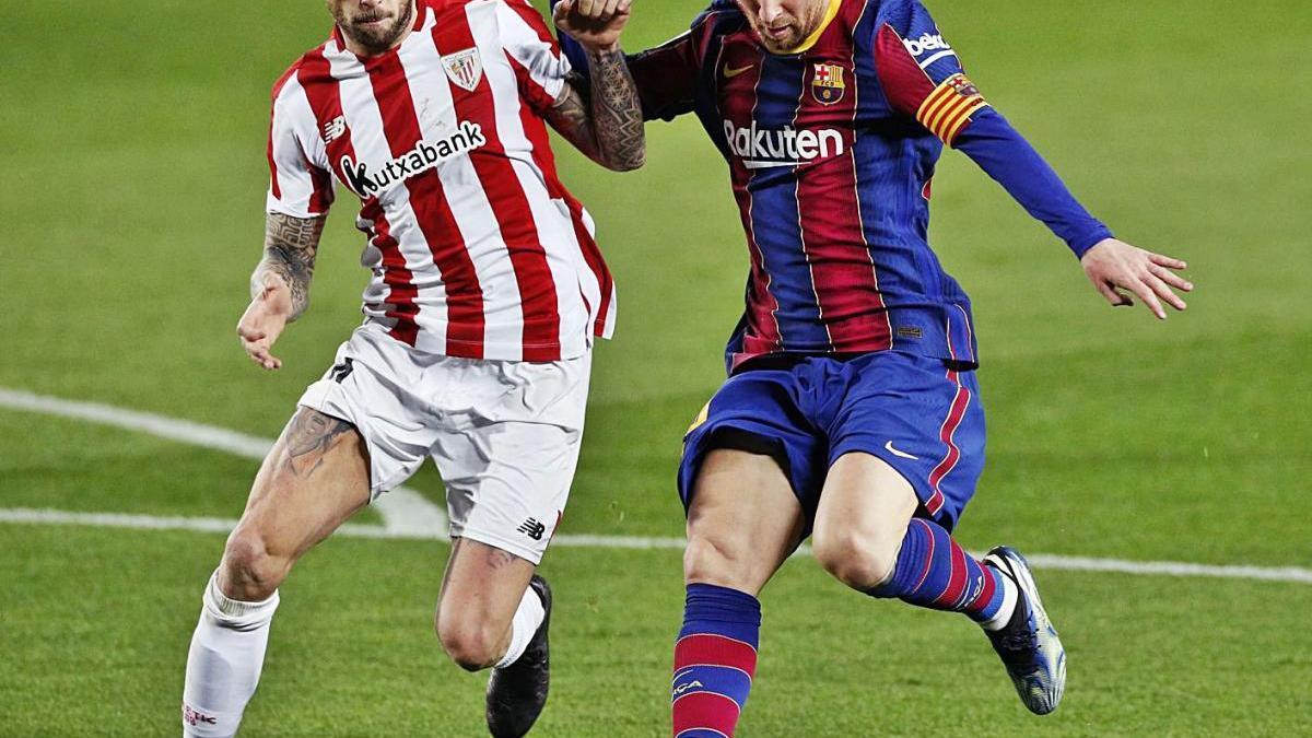 Messi condueix l'esfèrica en presència del defensa de l'Athletic Íñigo Martínez