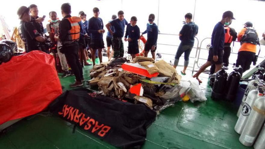 Indonesia trata de localizar las cajas negras del avión