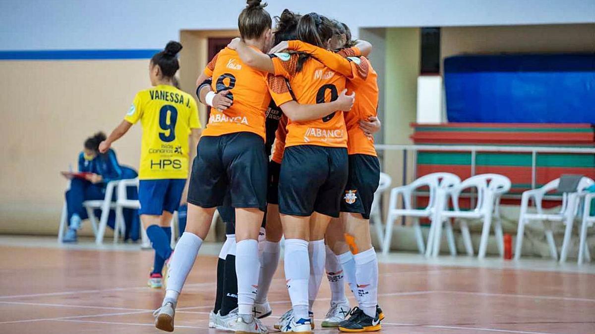 Las jugadoras del Amarelle celebra un gol ante el Teldeportivo. |  // MANU BOUTUREIRA