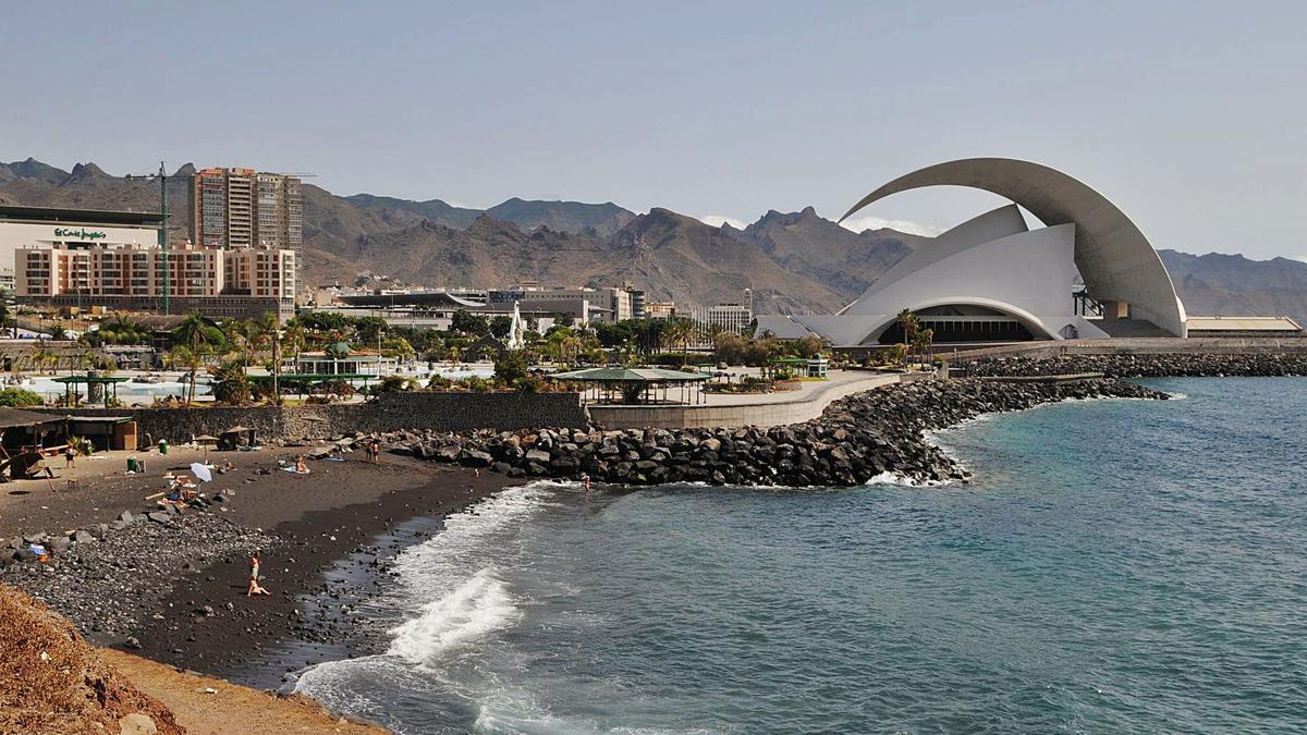 Playa próxima al Parque Marítimo y el Palmétum, en Santa Cruz de Tenerife. | | E.D.
