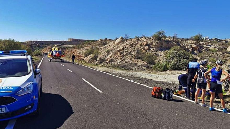 Herido grave un ciclista tras chocar con otro en la carretera de Chimiche