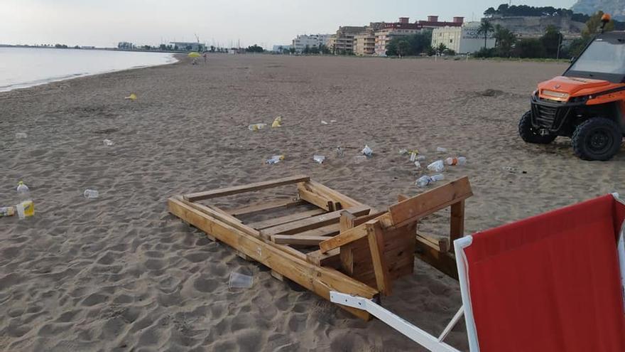 """Basura de """"botellones"""" y destrozos en las playas de Dénia"""