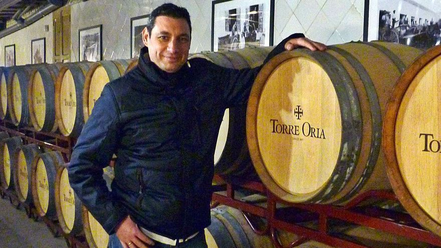 Diego Morcillo, el pasado lunes, en la sala de crianza de Torre Oria.  jose vicente m.