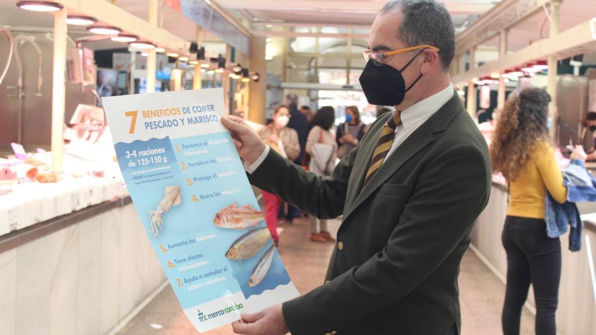 Antonio Álvarez, concejal de Consumo y Mercados, muestra el cartel promocional de la campaña.
