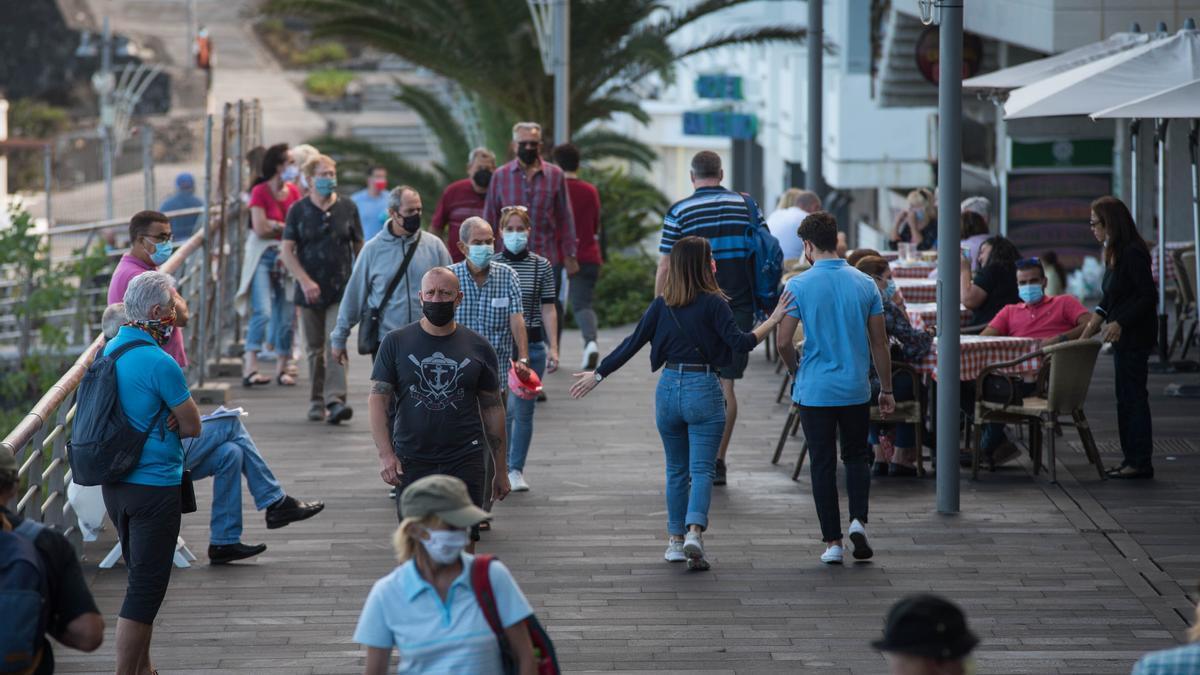 Varias personas pasean por Puerto de la Cruz.
