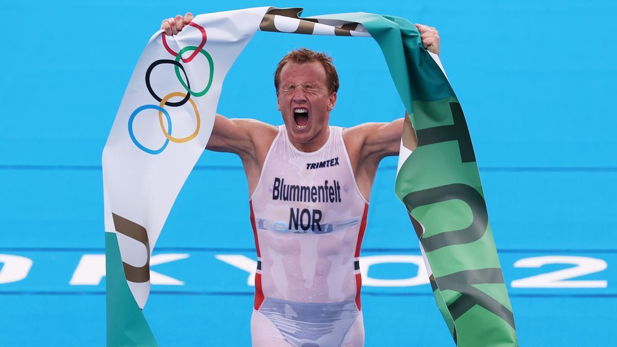El noruego Blummenfeld celebra su victoria en la prueba