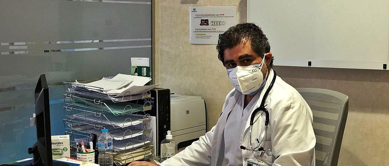 El doctor José Javier Martínez en su despacho del hospital Clínica de Benidorm.