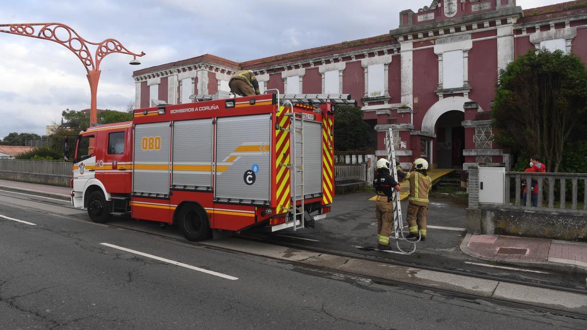 Bomberos sofocando el incendio