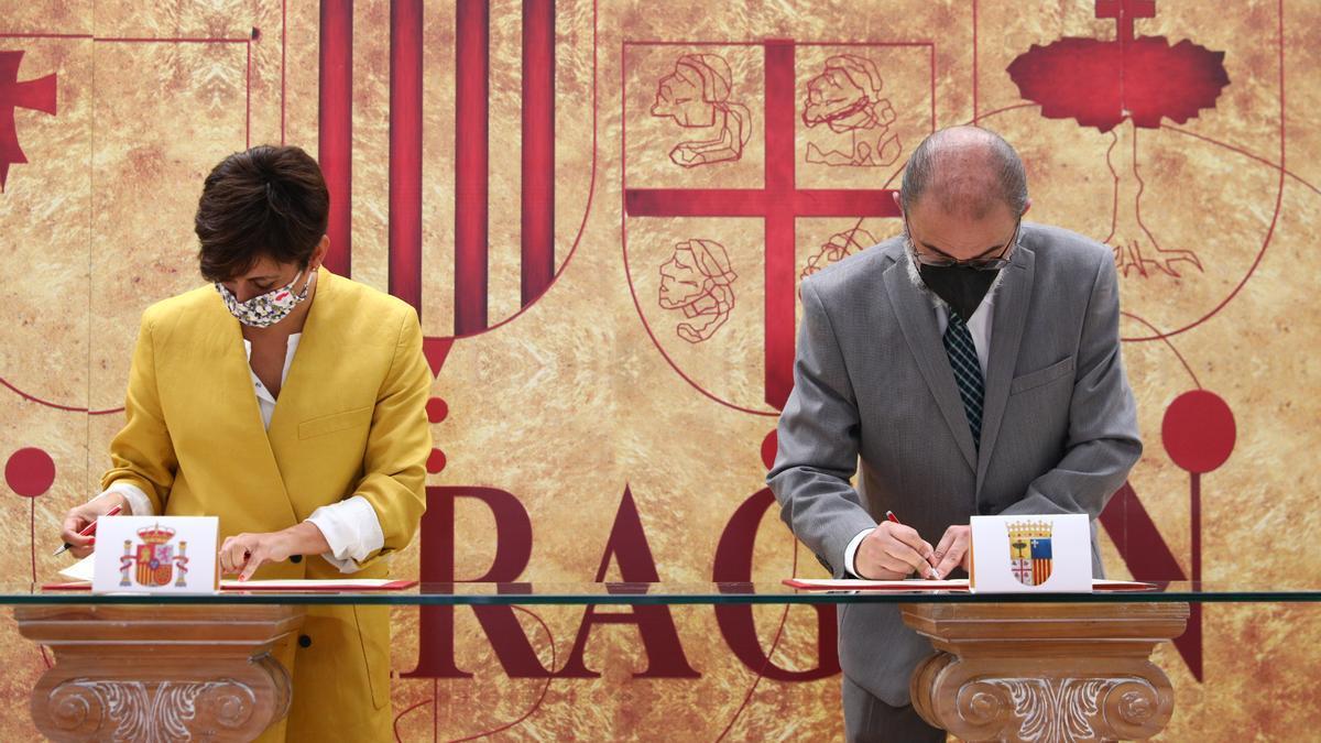 El presidente de Aragón y la ministra de Política Territorial firman el Fite 2021, este miércoles en Teruel.