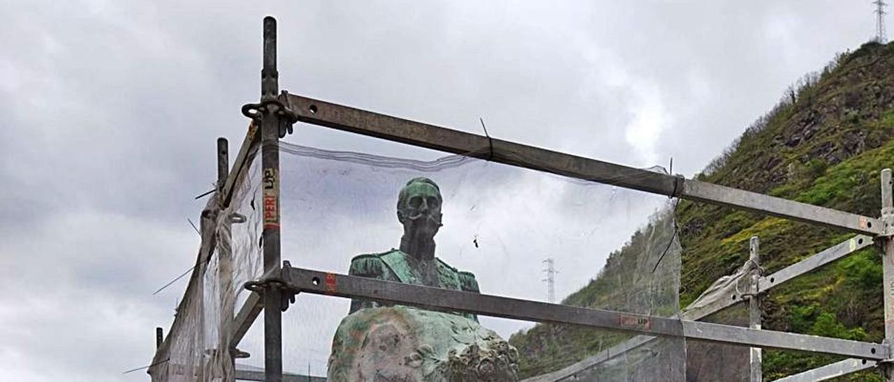 La estatua, andamiada para su restauración.