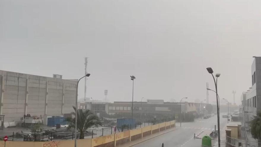 Una fuerte tromba de agua y granizo cae en València