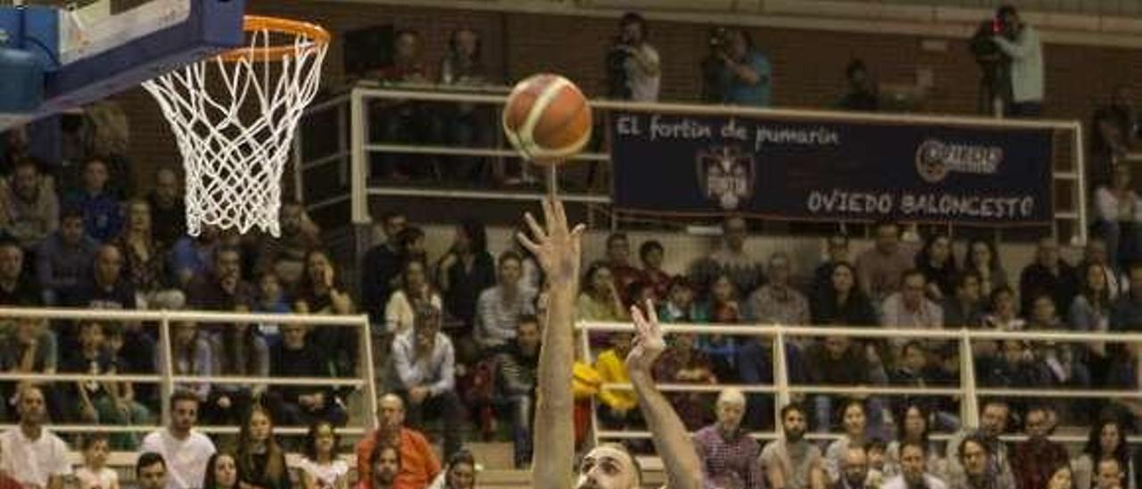 Arteaga lanza a canasta ante un jugador del Lleida.