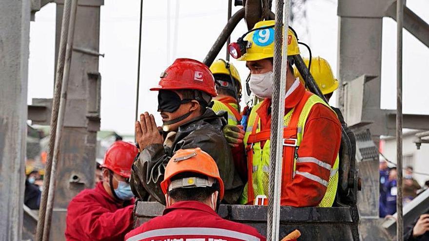 Aconsegueixen rescatar 11 dels 22 miners atrapats fa dues setmana a la Xina