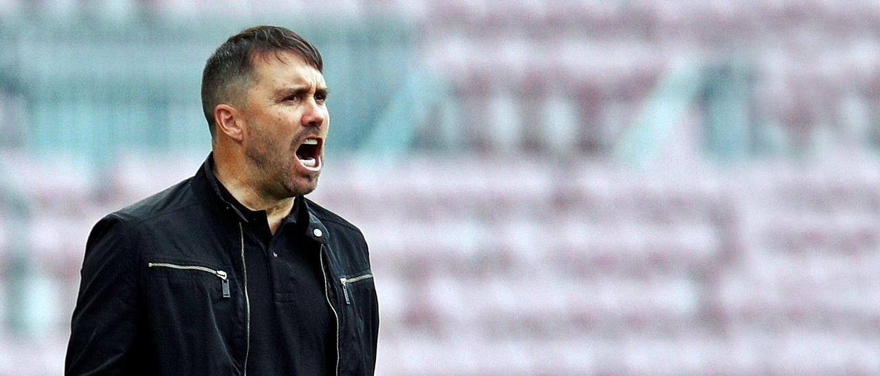 Eduardo Coudet grita instrucciones a sus futbolistas durante el compromiso liguero disputado el pasado domingo en el Camp Nou.    // EFE