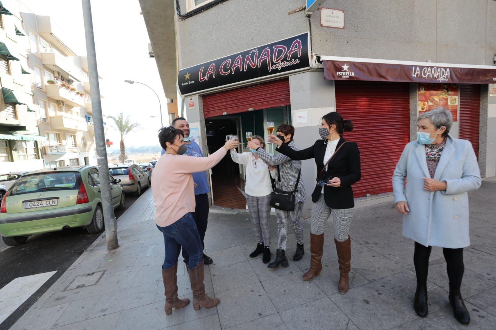 Celebración en el bar de El Altet en el que se ha vendido el quinto premio de la Lotería de Navidad