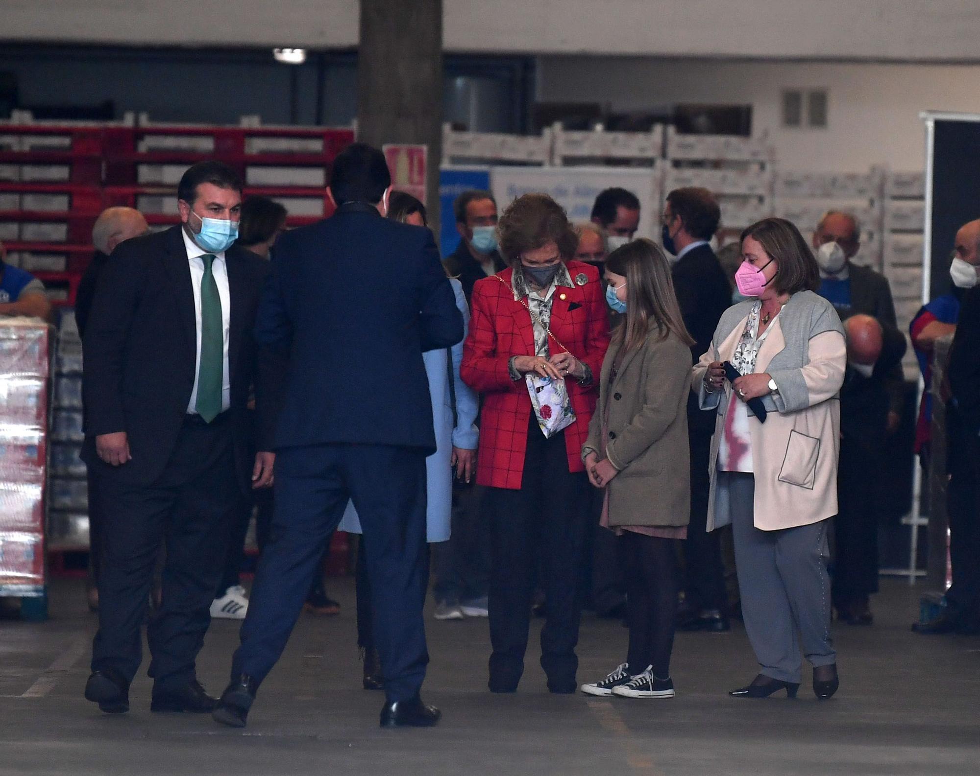La reina Sofía visita el Banco de Alimentos en A Coruña