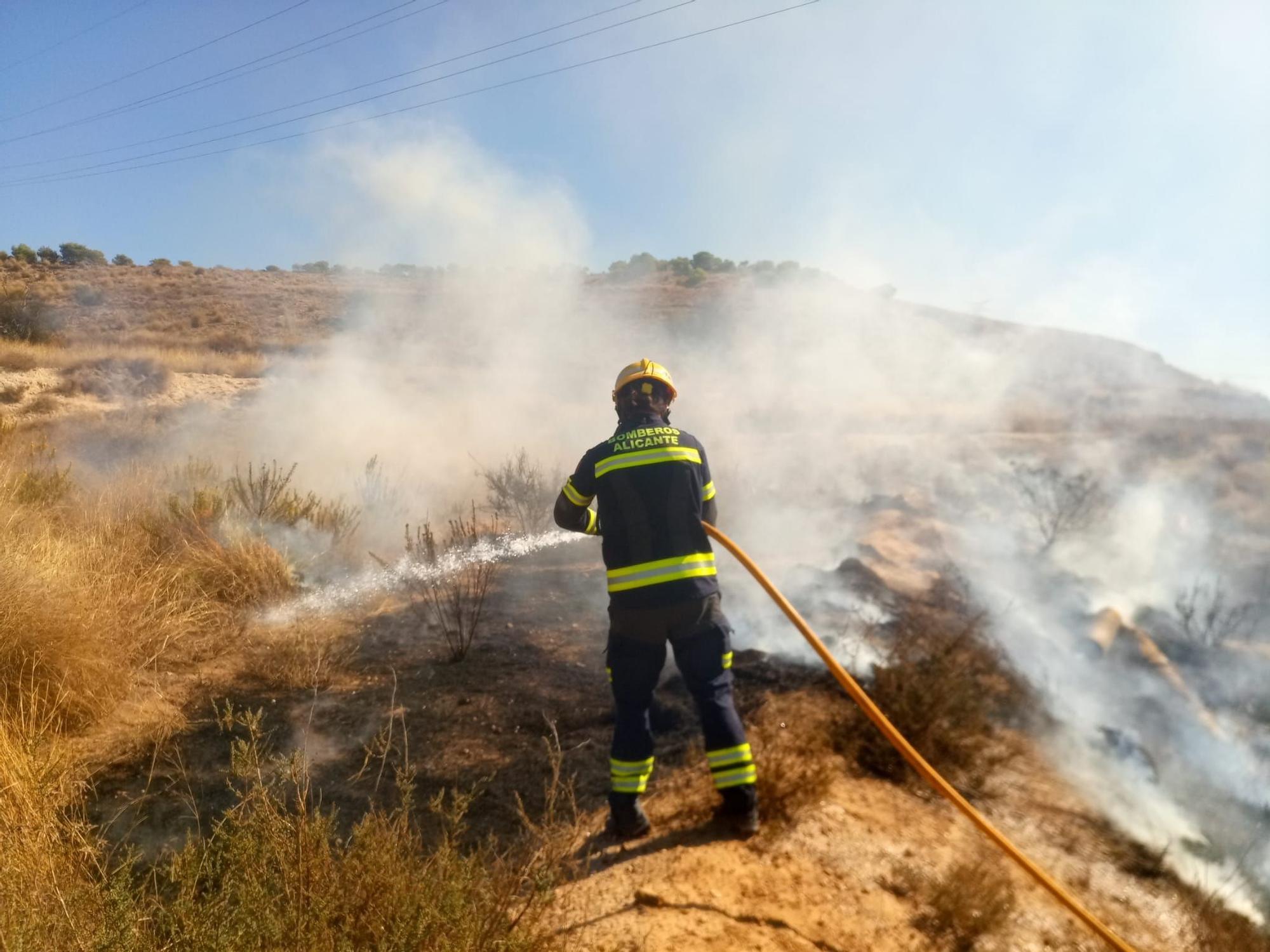 Los Bomberos extinguen un incendio en la sierra de Fontcalent