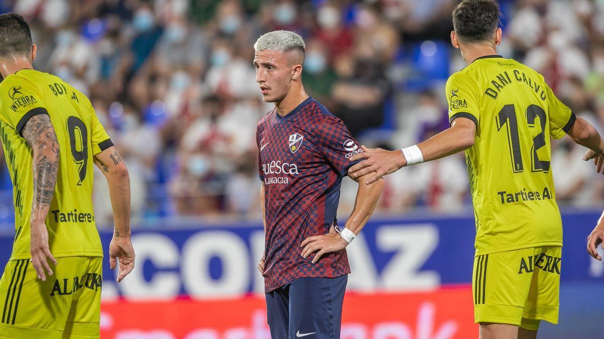 Escriche, autor del gol local, junto a dos defensores del Oviedo.