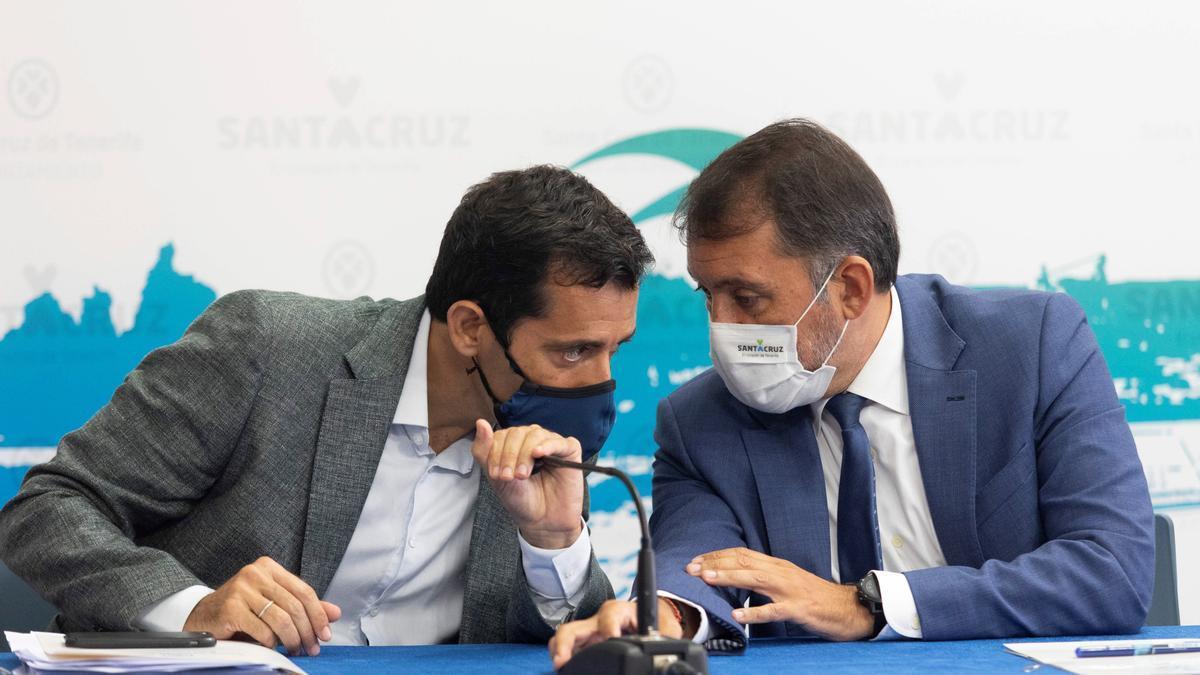 El alcalde chicharrero, José Manuel Bermúdez (d), y el concejal de Hacienda, Juan José Martínez.
