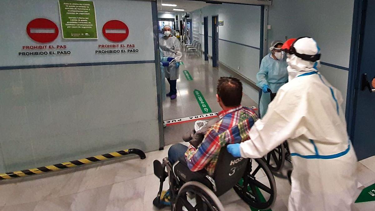 Ingreso de un paciente en el hospital Lluís Alcanyís de Xàtiva. | LEVANTE-EMV