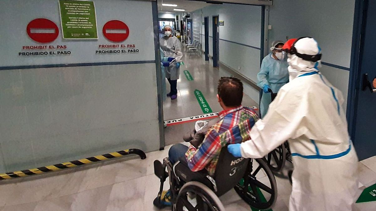 Ingrés d'un pacient a l'Hospital Lluís Alcanyís de Xàtiva.   LEVANTE-EMV