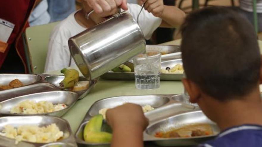 Alumnos comen en un comedor de un colegio de Alicante.