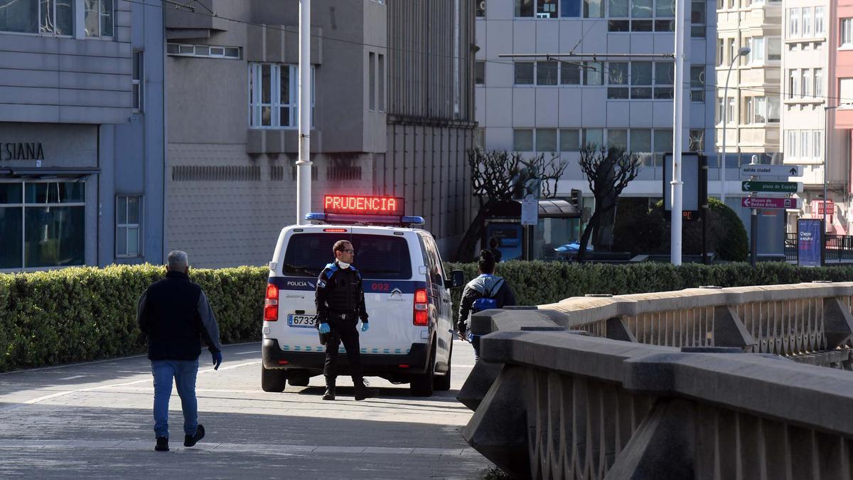 Un vehículo de la Policía Local de A Coruña, en el paseo marítimo.