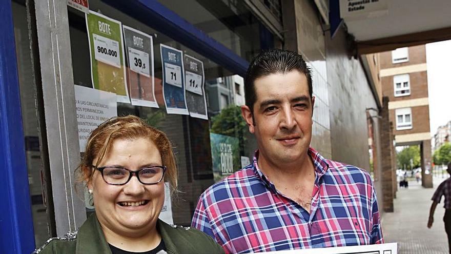 """Los loteros del millón de euros en La Calzada: """"Ojalá sea alguien del barrio"""""""