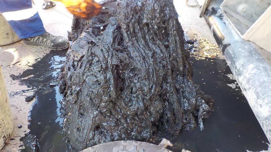 Sacan 400 kilos que de toallitas al limpiar el colector de la Glorieta en Murcia