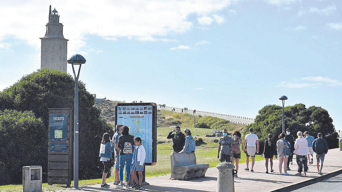 Turistas en las inmediaciones de la Torre de Hércules.