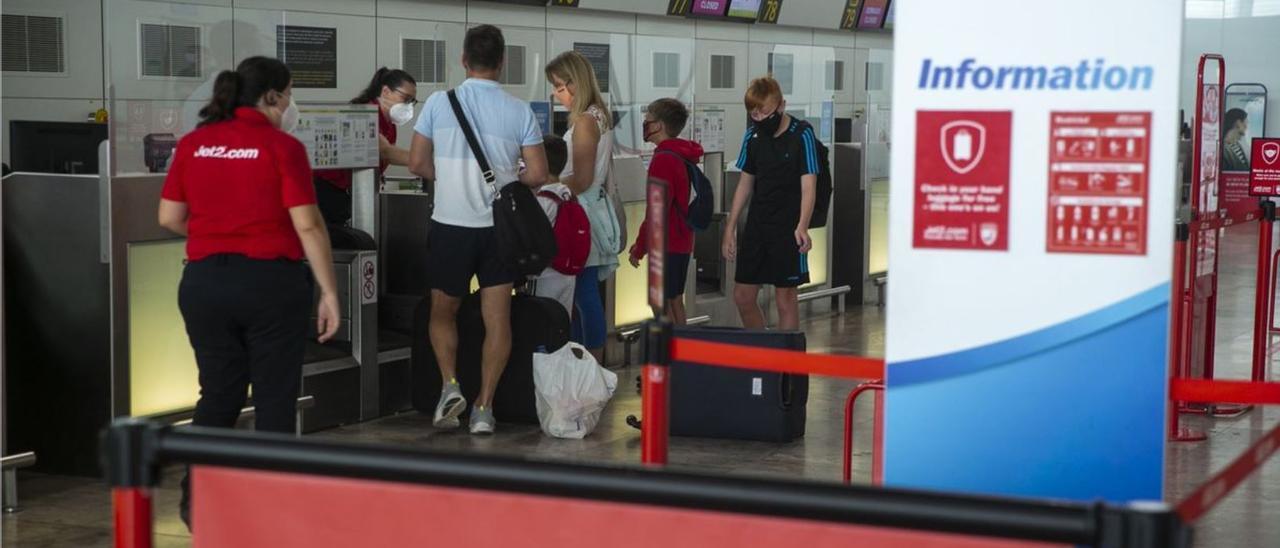 Turistas británicos facturando su equipaje en el aeropuerto en una imagen del verano pasado.