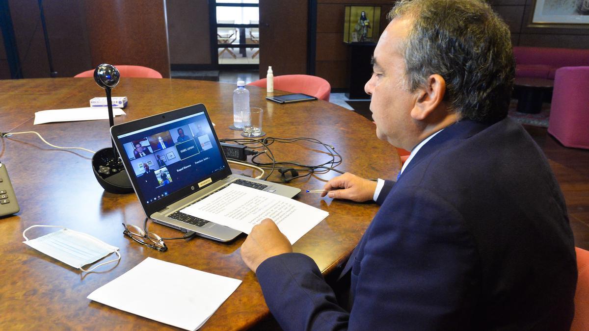 El director de La Provincia, Antonio Cacereño, en una videoconferencia con los miembros del Foro Banca March