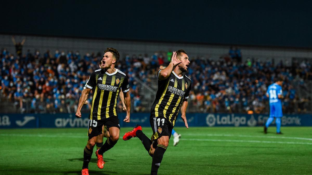 Vada celebra el gol del Zaragoza junto a Chavarría.