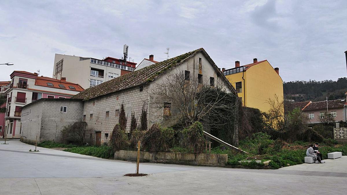 Inmueble que albergó la antigua sala Paraíso, ubicado en pleno centro de Bueu. |   // GONZALO NÚÑEZ