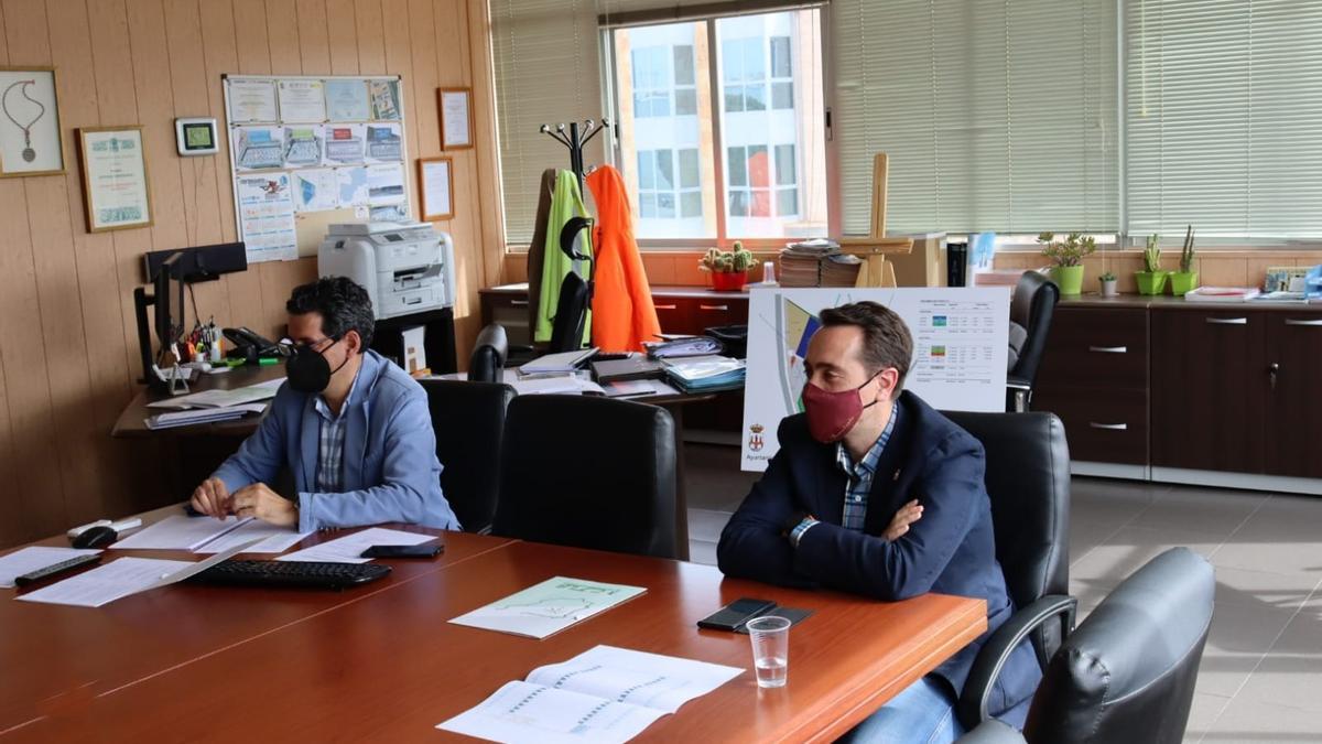 El gerente del CTLB, Fernando Pérez (izquierda), y el alcalde de Benavente, Luciano Huerga (derecha), durante el consejo de administración. / E. P.