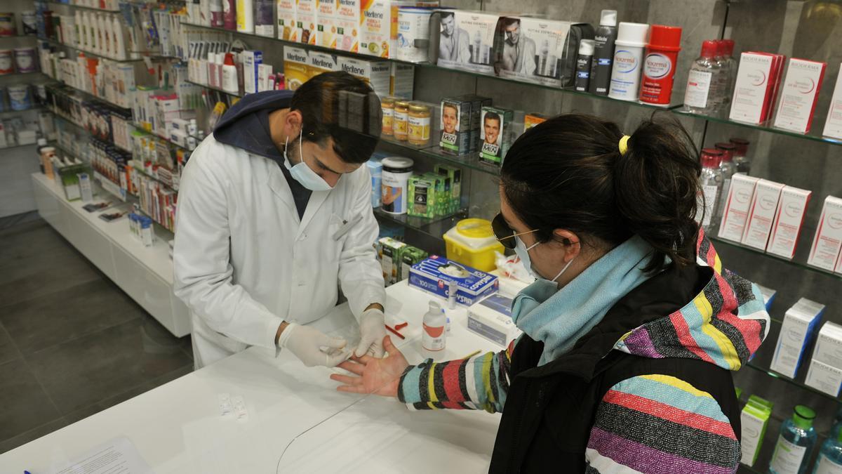 Un farmacéutico realiza una prueba de COVID-19
