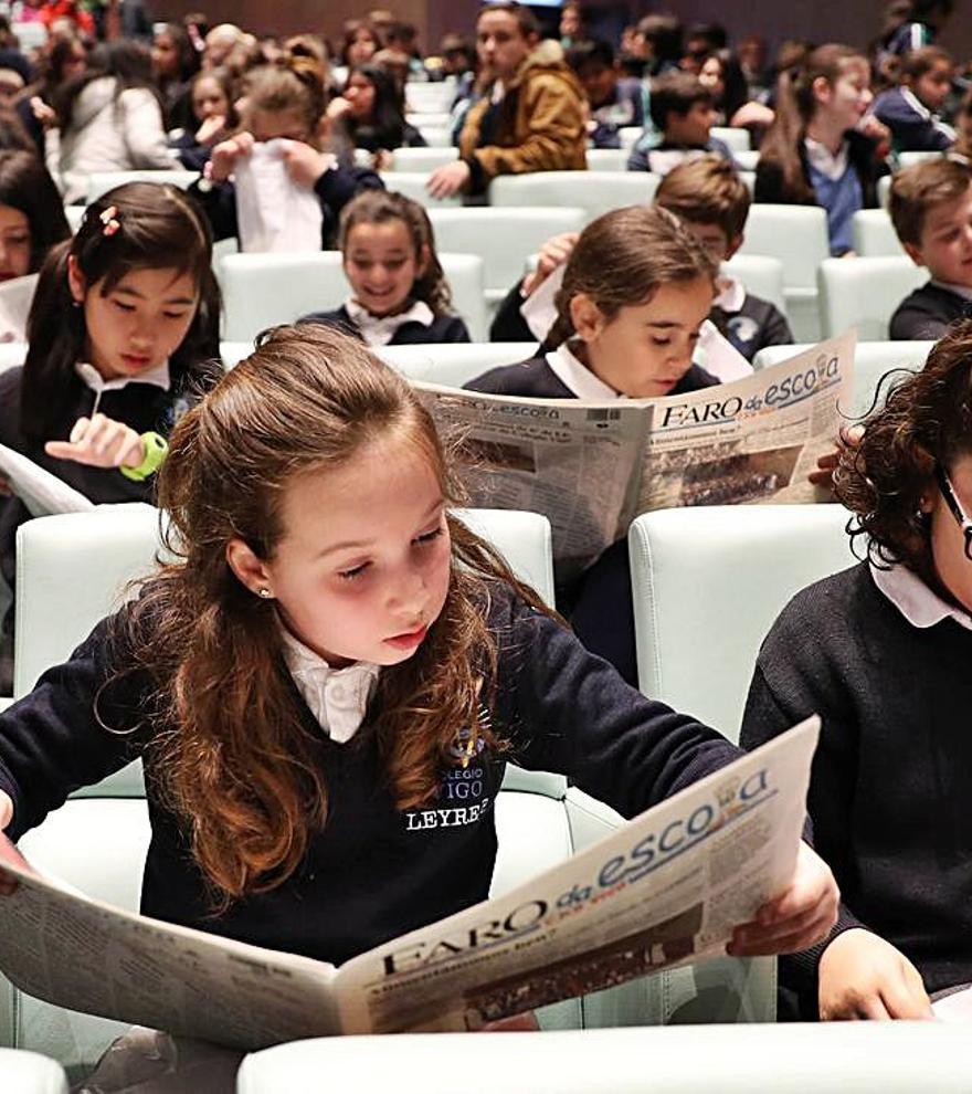 Escolares len os xornais dos seus colexios na gala final dunha das edicións do Faro da Escola. |   // FDV