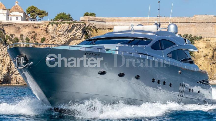 Así es el lujoso yate con el que Messi, Suárez y Fábregas navegan en Ibiza y Formentera