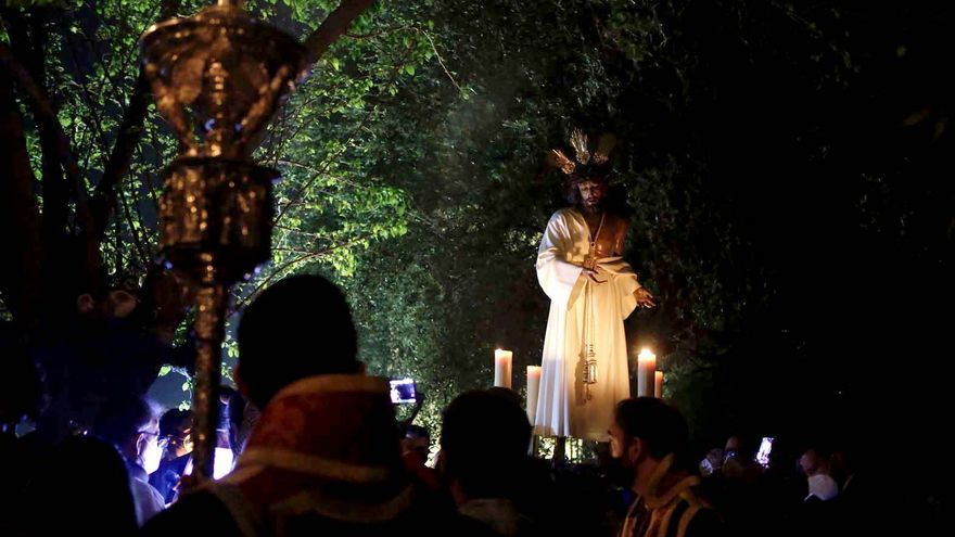Vía Crucis de Nuestro Padre Jesús de la Humildad y Paciencia por el patio interior del Convento de Capuchinos.