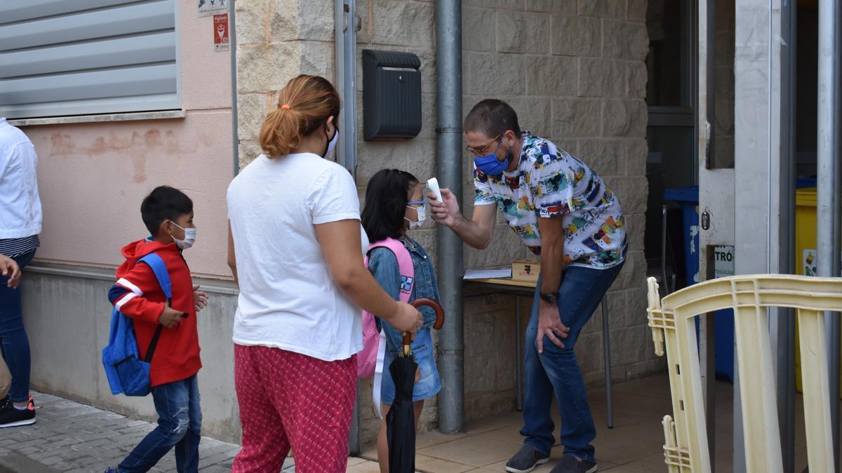 Controlan la temperatura a los alumnos en un centro educativo de Mallorca.