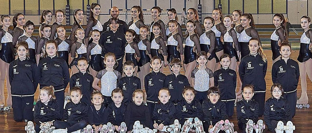 Patinadoras y patinadores, con sus técnicos, del Ovetus Patín Club.   OPC