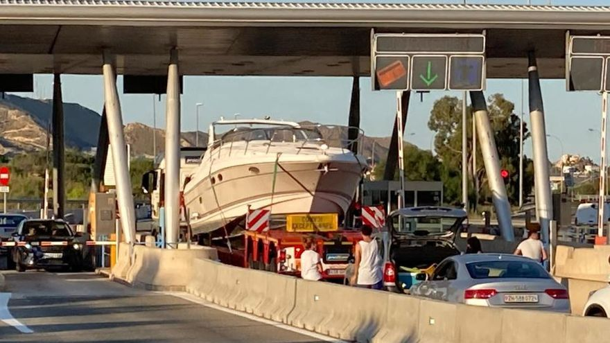 """Un barco se queda """"encallado"""" en el peaje de El Campello"""