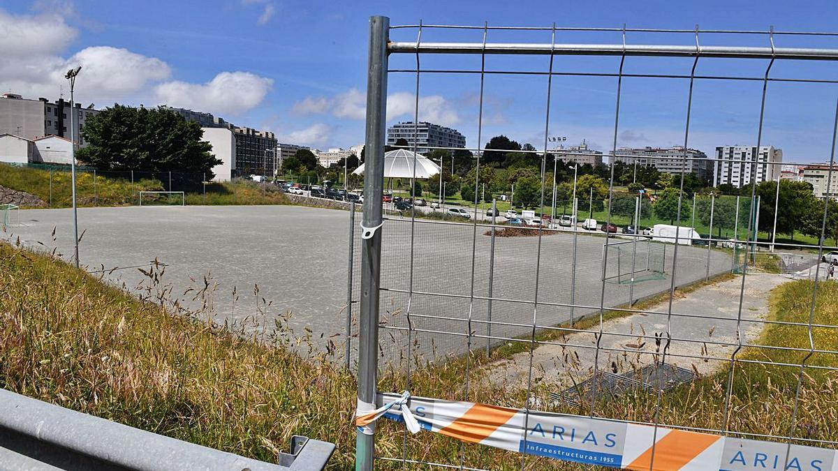 Campo de fútbol de Eirís, vallado para el desarrollo de las obras para su ampliación. |   // VÍCTOR ECHAVE