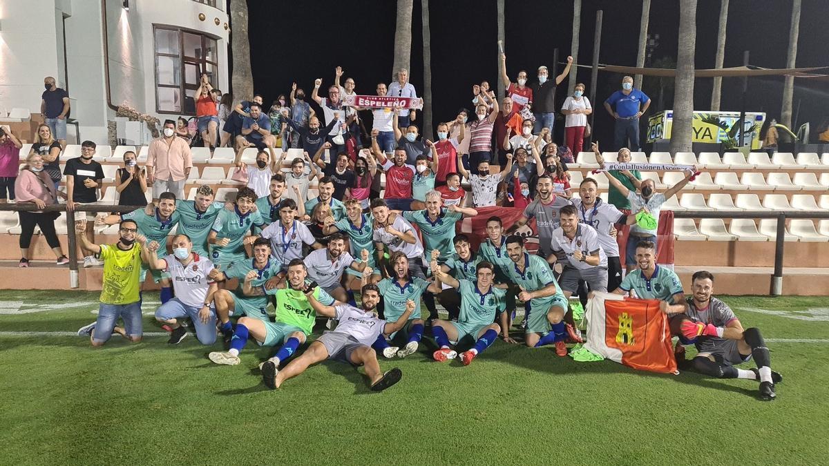 Los jugadores del Atlético Espeleño, felices tras su victoria y el pase a la previa de la Copa.